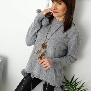 sweter-z-pomponami